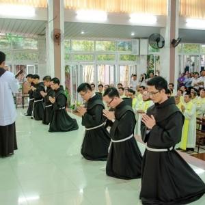 Bảy tu sĩ tuyên khấn trọng thể trong Dòng Anh Em Hèn Mọn